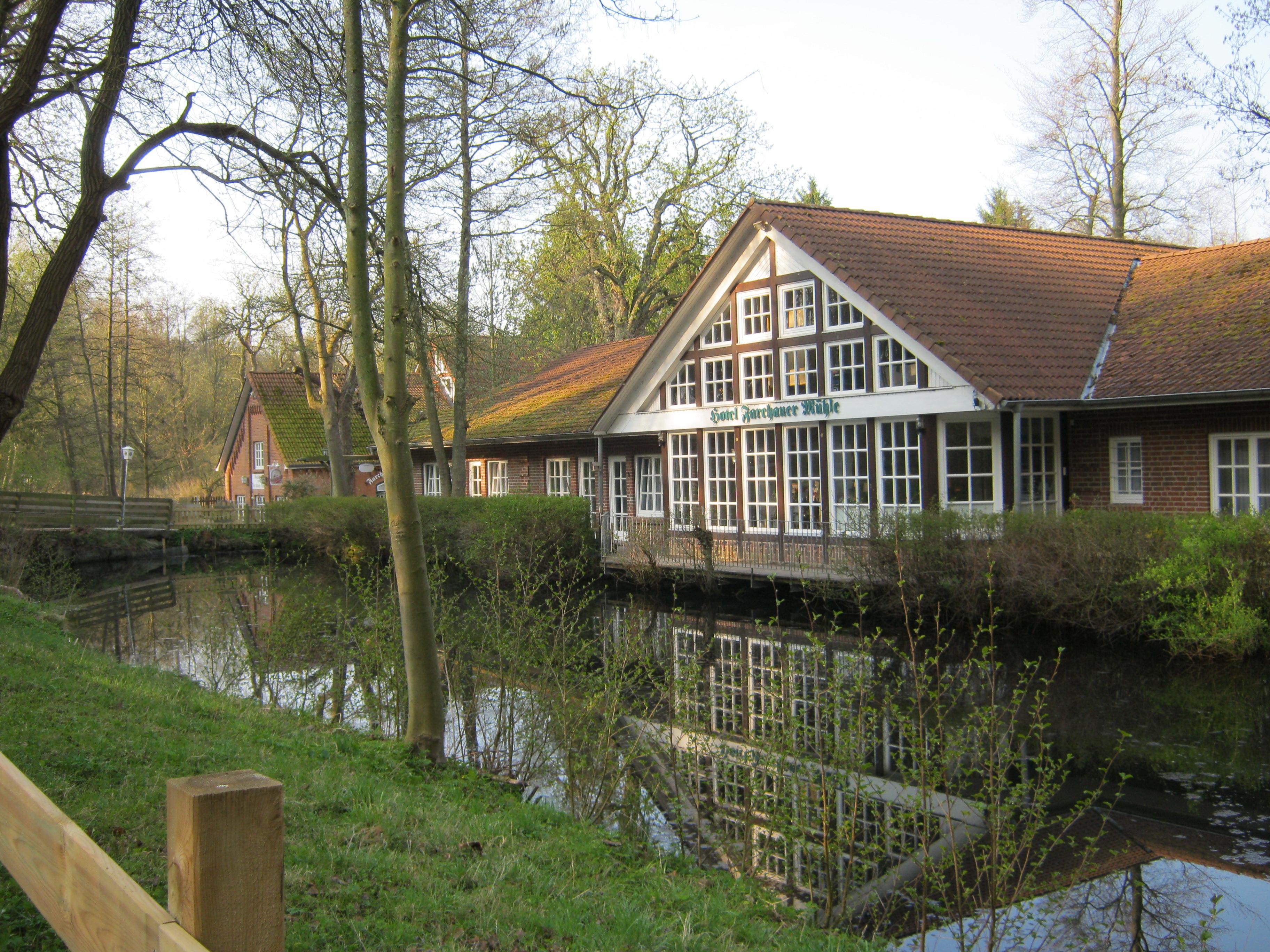 Unser Hotel mit Teich