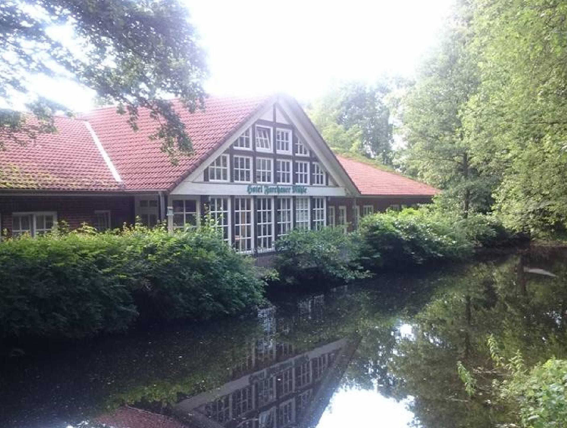 Ein Blick über den Teich zu den Zimmern